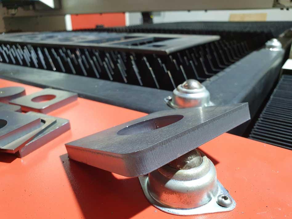 Máy laser fiber cắt vật liệu thép dày 12mm